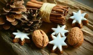 Cinnamon and cookies shaped as stars.