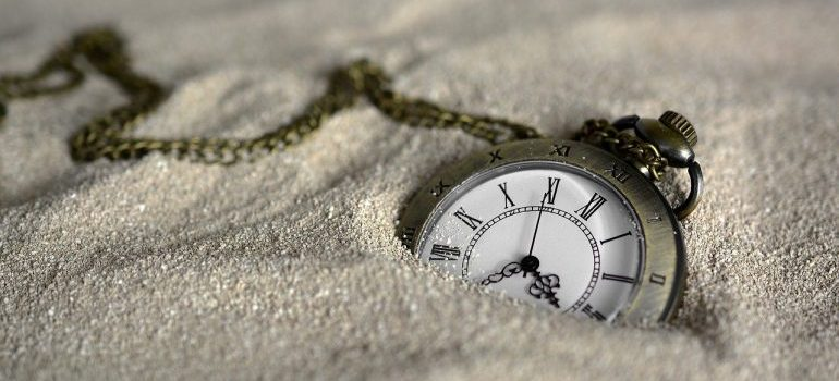 Pocket watch in the sand, know how to handle delays when relocating